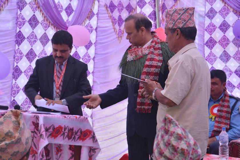 स्वर्गिय कर्मचारीका परिवारलाई महालक्ष्मी विकास बैंकको सहयोग