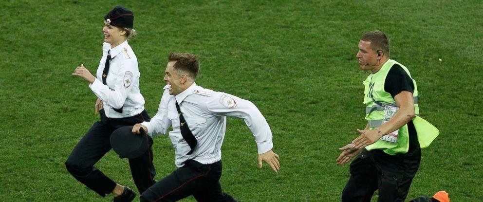 विश्वकपको फाइनल खेलमा मैदानमा छिर्ने यी  महिलालाई दिइयो यस्तो सजायँ